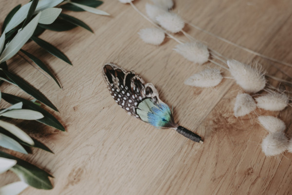 noeud-pap-boutonniere-plume